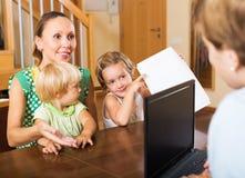 Ικανοποιημένη οικογένεια που τακτοποιεί τις λεπτομέρειες υποθηκών Στοκ εικόνα με δικαίωμα ελεύθερης χρήσης