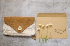 Ικανοποιημένη συλλογή εξαρτημάτων τσαντών στο μπεζ θέμα χρώματος με την τσάντα, ετικέττα εγγράφου, chamomile Στοκ φωτογραφία με δικαίωμα ελεύθερης χρήσης