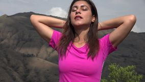 Ικανοποιημένη χαλάρωση γυναικών στα βουνά φιλμ μικρού μήκους