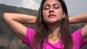Ικανοποιημένη χαλάρωση γυναικών στα βουνά απόθεμα βίντεο