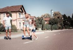 Ικανοποιημένη όμορφη γυναίκα που οδηγά στο μόνος-ισορροπώντας μηχανικό δίκυκλο που έχει τη διασκέδαση Στοκ φωτογραφία με δικαίωμα ελεύθερης χρήσης