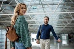 Ικανοποιημένοι γυναίκα και άνδρας που στέκονται στην αίθουσα Στοκ Εικόνες