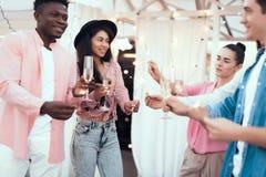 Ικανοποιημένοι σύντροφοι που έχουν τη διασκέδαση κατά τη διάρκεια της ημέρας εορτασμού Στοκ Φωτογραφία