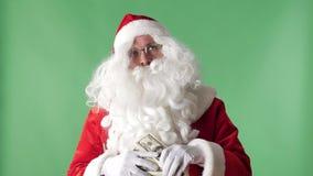 Ικανοποιημένος Άγιος Βασίλης που ρίχνει τους λογαριασμούς από μια βροχή χρημάτων δεσμών, έννοια, πράσινο chromakey στο υπόβαθρο απόθεμα βίντεο