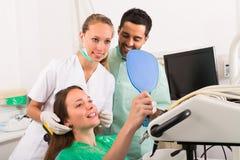 Ικανοποιημένος ασθενής στην οδοντική κλινική Στοκ Εικόνα