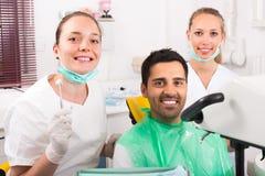 Ικανοποιημένος ασθενής στο γραφείο οδοντιάτρων Στοκ εικόνες με δικαίωμα ελεύθερης χρήσης