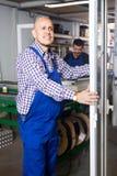 Ικανοποιημένος διευθυντής στο εργοστάσιο παραθύρων PVC στοκ φωτογραφία με δικαίωμα ελεύθερης χρήσης
