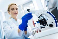 Ικανοποιημένος επιστήμονας σχετικά με τους σωλήνες εξετάσεων αίματος Στοκ εικόνα με δικαίωμα ελεύθερης χρήσης