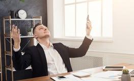 Ικανοποιημένος επιχειρηματίας ευτυχής να τελειώσει την εργασία στο γραφείο Στοκ Εικόνες