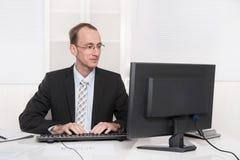 Ικανοποιημένος ευσυνείδητος επιχειρηματίας στο γραφείο του στο δεσμό και το sui Στοκ εικόνες με δικαίωμα ελεύθερης χρήσης