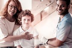 Ικανοποιημένος ιατρικός εργαζόμενος και ασθενείς που χαμογελούν χαρωπά Στοκ φωτογραφία με δικαίωμα ελεύθερης χρήσης