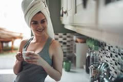 Ικανοποιημένος καφές κατανάλωσης κοριτσιών μετά από το ντους στοκ φωτογραφίες με δικαίωμα ελεύθερης χρήσης