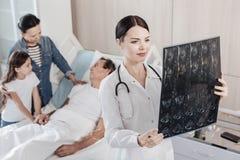 Ικανοποιημένος παθολόγος που εξετάζει τις ανιχνεύσεις mri στο νοσοκομείο Στοκ Εικόνα
