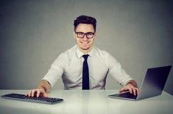 Ικανοποιημένος πολλαπλών καθηκόντων νέος υπάλληλος γραφείων στοκ εικόνα με δικαίωμα ελεύθερης χρήσης