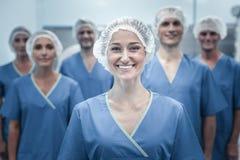 Ικανοποιημένος χαριτωμένος γιατρός που στέκεται και που χαμογελά Στοκ εικόνες με δικαίωμα ελεύθερης χρήσης