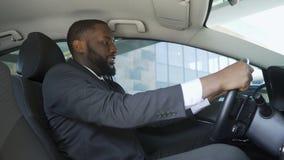 Ικανοποιημένο άτομο στη συνεδρίαση επιχειρησιακών κοστουμιών στο αυτοκίνητο, επιτυχής αγορά, ευτυχία φιλμ μικρού μήκους