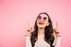 Ικανοποιημένο ενήλικο κορίτσι με τα κόκκινα χείλια που φορούν γύρω από τα γυαλιά ηλίου lookin Στοκ Φωτογραφία