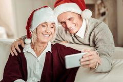 Ικανοποιημένο ευτυχές ζεύγος που κάνει τη φωτογραφία και το χαμόγελο στοκ εικόνες