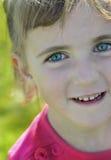 Ικανοποιημένο ευτυχές μικρό κορίτσι Στοκ φωτογραφία με δικαίωμα ελεύθερης χρήσης