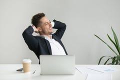 Ικανοποιημένο CEO που κλίνει πίσω στην καρέκλα ευχαριστημένη από τα καλά αποτελέσματα Στοκ φωτογραφίες με δικαίωμα ελεύθερης χρήσης