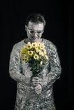 Ικανοποιημένο spaceman με τα λουλούδια στοκ φωτογραφίες