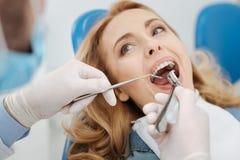 Ικανός επιδέξιος οδοντίατρος που κάνει μερικούς χειρισμούς Στοκ Εικόνες