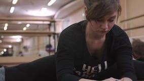 Ικανότητα, αθλητικοί χοροί στη γυμναστική, βίντεο κινηματογραφήσεων σε πρώτο πλάνο κοριτσιών απόθεμα βίντεο