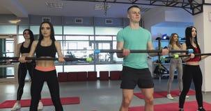 Ικανότητα, αθλητισμός, έννοια κατάρτισης, γυμναστικής και τρόπου ζωής - ομάδα ανθρώπων που ασκεί με τους φραγμούς στη γυμναστική απόθεμα βίντεο