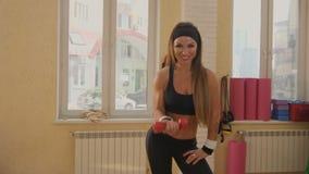 Ικανότητα, αθλητισμός, κατάρτιση και έννοια ανθρώπων - ευτυχής γυναίκα που ασκεί με τους αλτήρες απόθεμα βίντεο