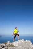 Ικανότητα, αθλητισμός, άνθρωποι και έννοια τρόπου ζωής - νεαρός άνδρας που κάνει τις ασκήσεις γιόγκας στην παραλία από την πλάτη Στοκ Φωτογραφία