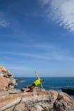 Ικανότητα, αθλητισμός, άνθρωποι και έννοια τρόπου ζωής - νεαρός άνδρας που κάνει τις ασκήσεις γιόγκας στην παραλία από την πλάτη Στοκ Φωτογραφίες