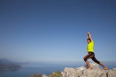 Ικανότητα, αθλητισμός, άνθρωποι και έννοια τρόπου ζωής - νεαρός άνδρας που κάνει τις ασκήσεις γιόγκας στην παραλία από την πλάτη Στοκ φωτογραφία με δικαίωμα ελεύθερης χρήσης