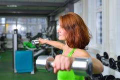Ικανότητα, αθλητισμός, έννοια κατάρτισης και τρόπου ζωής - η γυναίκα στη γυμναστική ασκεί την ανύψωση βάρους Στοκ Φωτογραφίες