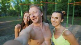 Ικανότητα, αθλητισμός, φιλία, τεχνολογία και υγιής έννοια τρόπου ζωής - ομάδα ευτυχών φίλων που παίρνουν selfie υπαίθρια απόθεμα βίντεο