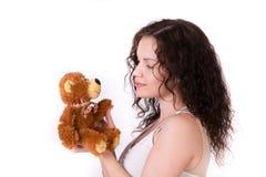Ικανότητα για ένα έγκυο κορίτσι με teddy Άσπρη ανασκόπηση στοκ φωτογραφία