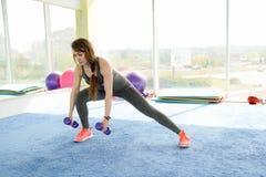 Ικανότητα γυναικών όμορφη καυκάσια ανώτερη γυναίκα που κάνει την άσκηση στη γυμναστική r στοκ φωτογραφία με δικαίωμα ελεύθερης χρήσης