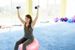 Ικανότητα γυναικών όμορφη καυκάσια ανώτερη γυναίκα που κάνει την άσκηση στη γυμναστική r στοκ εικόνα