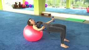 Ικανότητα γυναικών όμορφη καυκάσια ανώτερη γυναίκα που κάνει την άσκηση με τη σφαίρα στη γυμναστική r απόθεμα βίντεο