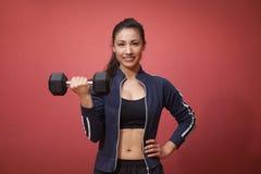 Ικανότητα γυναικών workout - αλτήρες εκμετάλλευσης Στοκ Εικόνα