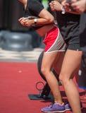 Ικανότητα και αθλητισμός: Άνθρωποι που ασκούν με τα ελαστικά σκοινιά υπαίθρια στη γυμναστική στοκ εικόνες
