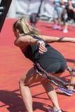 Ικανότητα και αθλητισμός: Κορίτσι που ασκεί με τα ελαστικά σκοινιά υπαίθρια στη γυμναστική στοκ φωτογραφίες με δικαίωμα ελεύθερης χρήσης