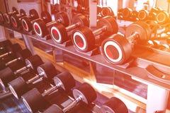 Ικανότητα και workout εξοπλισμός: σύνολο των σύγχρονων αλτήρων στο θόριο στοκ φωτογραφία