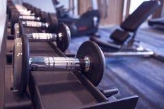 Ικανότητα και workout εξοπλισμός: σύνολο των σύγχρονων αλτήρων στο θόριο στοκ εικόνες
