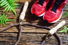 Ικανότητα, υγιείς και ενεργοί τρόποι ζωής, κόκκινα αθλητικά παπούτσια και άλμα Στοκ Φωτογραφία