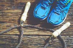 Ικανότητα, υγιείς και ενεργοί τρόποι ζωής, κόκκινα αθλητικά παπούτσια και άλμα Στοκ Εικόνες