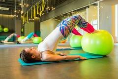 Ικανότητα workout με τον εξοπλισμό fitball Στοκ Εικόνα