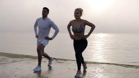 Ικανότητα, workout, υπαίθρια έννοια αθλητικών δραστηριοτήτων Επαγγελματίες ικανότητας που επιλύουν στην ακροθαλασσιά απόθεμα βίντεο