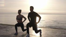 Ικανότητα, workout, υπαίθρια έννοια αθλητικών δραστηριοτήτων Επαγγελματίες ικανότητας που επιλύουν στην ακροθαλασσιά φιλμ μικρού μήκους