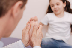 Ικανό εκπαιδευμένο rheumatologist που μεταχειρίζεται τα πόδια ασθενών Στοκ Εικόνα