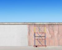 Ικρίωμα δίπλα στον τοίχο Στοκ φωτογραφία με δικαίωμα ελεύθερης χρήσης